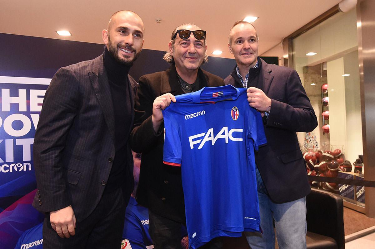 ボローニャの3rd. ユニフォーム発表 © Bologna FC